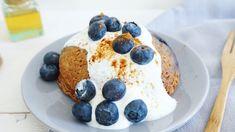 Een cakeje uit een mok als ontbijt. Er zijn maar een paar ingrediënten voor nodig, om dit heerlijke ontbijtje op tafel te zetten. Je mengt alles in een mok en bakt het cakeje af in de magnetron! Ga jij dit morgenochtend maken?