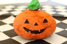 Askarteluvinkki alakouluun: maalattu kivikurpitsa Pumpkin Carving, Halloween, Art, Art Background, Kunst, Pumpkin Carvings, Performing Arts, Halloween Labels, Spooky Halloween