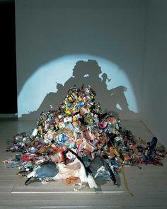 True Love Among the Mundane Rubbish by Kumi Yamashita and Tim Noble + Sue Webster Trashy Shadow Art Kumi Yamashita, Instalation Art, Trash Art, Shadow Art, Shadow Play, Shadow Painting, Shadow Images, Shadow Photos, Wow Art