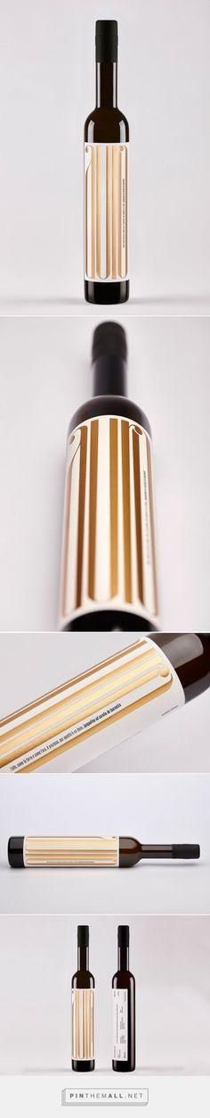 Auro olive oil packaging design by nju:comunicazione (Italy) - http://www.packagingoftheworld.com/2016/06/auro-olive-oil-for-aurelio-de-laurentiis.html