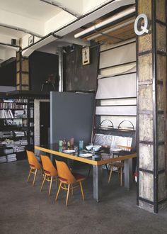 Style industriel pour mobilier vintage. Côté repas, grande table contemporaine de Metal@wood, chaises Ton.