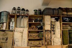 省エネでアウトドア部屋に大変身、肝はりんご箱|「アウトドア好きのお部屋を拝見!暮らしとアウトドア道具|#07 仁居 正臣・瑠美ご夫妻(花・唄)」の7枚目の画像 Camping Style, Diy Camping, Garage Storage Shelves, Garage Interior, Cabin Furniture, Fashion Room, Outdoor Gear, Decor Styles, Tent