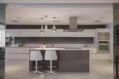A cozinha apresenta um desenho limpo