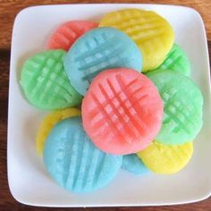 Cream Cheese Candies - Colorful No-Bake Candy Treats: Ingredients cup unsalted butter 1 package oz.) cream cheese cups powdered sugar (see Passover note) 1 tsp flavoring -peppermint, vanilla butter, lemon, banana, etc. Cream Cheese Potatoes, Cream Cheese Mints, Candy Recipes, Sweet Recipes, Dessert Recipes, Fudge Recipes, Easter Recipes, Just Desserts, Delicious Desserts