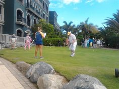 Our acttiv entertainer at Lopesan Villa del Conde in Gran Canaria organizing the putting green activity