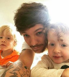 Uploaded by 𝗴𝗶𝗴𝗶. Find images and videos about one direction, louis tomlinson and on We Heart It - the app to get lost in what you love. One Direction Louis Tomlinson, Louis Tomlinson Sisters, Niall Horan, Zayn Malik, One Direction Pictures, I Love One Direction, Tomlinson Family, Louis Tomlinsom, Louis Williams