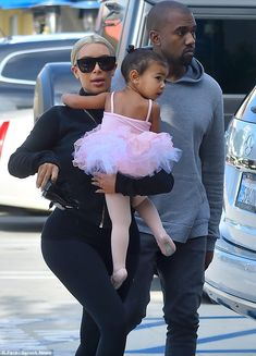 Kim Kardashian carries a tutu-wearing North to ballet class Kim And Kanye, Kim Kardashian And Kanye, Kardashian Family, Kardashian Style, Kardashian Jenner, Kardashian Fashion, Fashion Beauty, Girl Fashion, Kylie Jenner Style