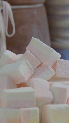 Fazer marshmallow em casa é mais fácil, prático e gostoso do que você imagina! Candy Recipes, Baking Recipes, Sweet Recipes, Dessert Recipes, Delicious Desserts, Yummy Food, Tasty, Homemade Marshmallows, Marshmallow Recipes