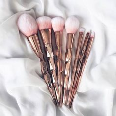 Jak poprawnie czyścić pędzle do makijażu?  http://www.stylowkidlanastolatek.pl/jak-poprawnie-czyscic-pedzle-do-makijazu/