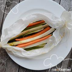 Hier kommt das leckerste Low-Carb Frühlings-Gericht, das im Nu zubereitet ist. Einfach etwas Spargel, Möhren, Spinat und Frühlingszwiebeln in ein von beiden Seiten zugeschnürtes Backpapier legen, mit einem guten Olivenöl, Salz, Pfeffer würzen und ab in den Backofen! Yummy!!!!