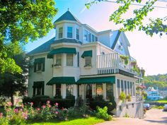 Harbour Towne Inn on the Waterfront is a lovely, quintessential  Bed and Breakfast located perfectly on the harbor, just a short two minute walk to all the galleries, restaurants, shops and boat trips.
