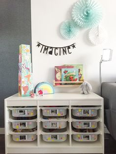 Stauraum Ideen Ikea Trofast Hack Kinderzimmer aufräumen You are in the right place about Toy Box liv Curtains Childrens Room, Kids Curtains, Diy Toy Box, Toy Boxes, Baby Nursery Themes, Baby Nursery Bedding, Trofast Hack, Kids Play Table, Ikea Nursery