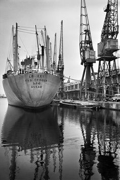 One of the last open-hold vessels to visit West India DOCK, Tony Bock, Merchant Navy, Merchant Marine, Old London, East London, London History, Tudor History, British History, Old Pictures, Old Photos