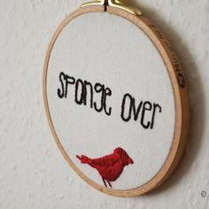 Stickrahmen mit Vogelmotiv und Lettering: Sponge Over. Schwamm drüber. #sticken #embroidery