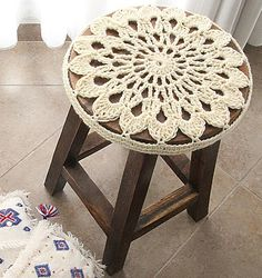 Fuente: http://www.creativejewishmom.com/2013/11/crocheted-doily-stool-cover-pattern.html