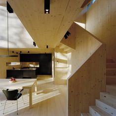 De Groot Vroomshoop; CLT is een houtbouwproduct wat opgebouwd wordt uit kruislings verlijmde éénlaagsplaten. Deze platen hebben een maximale grootte van 2,95 x 16 meter.