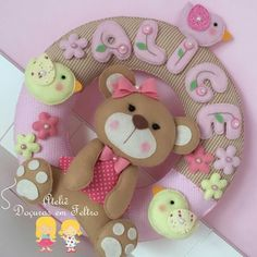 Guirlanda Ursinha Felt Wreath, Diy Wreath, Wreaths, Felt Mobile, Baby Mobile, Bear Felt, Name Banners, Felt Crafts, Cute Pictures