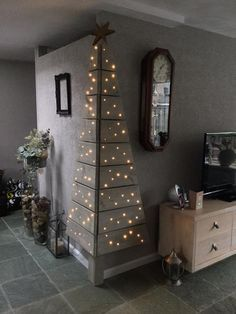 Een kerstboom gemaakt van steigerhout, voor als je weinig ruimte hebt.