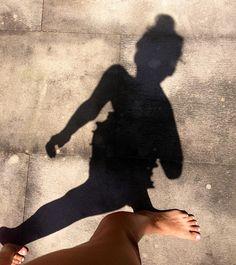 Parece que las selfies no pasarán de moda este año, pero para que tus fotos no sean todas exactamente igual, hoy te traemos algunas nuevas ideas. 1. Una selfie que cree una ilusión óptica. 2. Que salgas en tus gafas. 3. Donde lo que destaque sea tu postura y lo que llevas puesto en lugar …