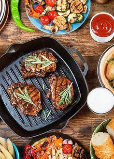 Selbst gemachte Saucen, knackiges Gemüse, frisch zubereitete Beilagen, hochwertigem Fleisch sowie die richtige Technik. Grill Pan, Kung Pao Chicken, Grilling, Ethnic Recipes, Kitchen, Chili Con Carne, Side Plates, Napa Cabbage, Fresh