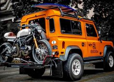 The combattente Ducati Scrambler Surf Bike and the orange Land Rover Defender iron forged by Landrover Defender, Defender 90, Land Rover Defender Camping, Jeep 4x4, Jeep Truck, Land Rovers, Carros Off Road, Ducati Scrambler Sixty2, Bobber