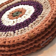 Saindo mais conjunto de sousplat com 8 peças, lindíssimo!! 😻 Confeccionamos na cor desejada, 4, 6 ou 8 peças. Crochet Mat, Crochet Basket Pattern, Knit Basket, Granny Square Crochet Pattern, Crochet Mandala, Crochet Crafts, Yarn Crafts, Crochet Projects, Crochet Planter Cover