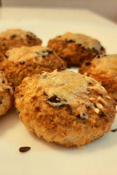Ez a sajtos-túrós zabpelyhes pogácsa, gyorsan,nagyon könnyen elkészíthető. Gluténmentesen is! . Tea, kávé mellé, vagy uzsira finom, ropogós zabpelyhes pogácsa, tallér.. Paleo, Cookies, Tea, Chicken, Health, Desserts, Food, Biscuits, Salud