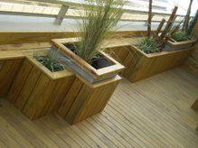 Decks de madera en piletas, balcones, terrazas, jardines.