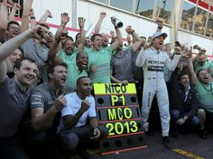 Ganz Mercedes feiert den Monaco-Triumph von Schützling Nico Rosberg (r). (Foto: Valdrin Xhemaj/dpa)