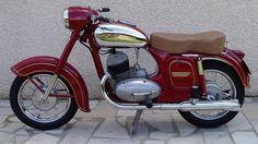 Modelo similar a esta Jawa 1954 será a atração do encontro na capital paranaense. | Divulgação/Jawa Vespa Vintage, Vintage Bikes, Vintage Motorcycles, Cars And Motorcycles, Jawa 350, Harley Davidson, Motorcycle Art, Cool Bikes, Motorbikes