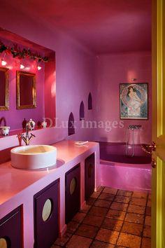 Pink bathroom in the home of Tsebeli Francesca in Santorini, Greece