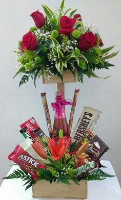 New Basket Flower Gift Ideas Candy Arrangements, Flower Arrangements Simple, Balloon Flowers, Chocolate Bouquet, Candy Bouquet, Edible Gifts, Basket Decoration, Pink Candy, Flower Boxes