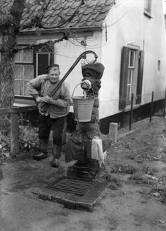 Boer aan de waterpomp bea old professions Old Pictures, Old Photos, Vintage Photos, 10 Picture, Picture Credit, Holland, Farm Paintings, Retro Kids, Old Farm Houses