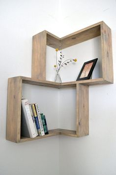 Corner shelving designs that save space and give a modern look .- Eckregale Designs, die Raum sparen und modernen Look verleihen corner wall shelf design wood original books decor - Easy Home Decor, Cheap Home Decor, Etagere Design, Sweet Home, Shelving Design, Bookshelf Design, Modern Shelving, Farmhouse Shelving, Farmhouse Decor