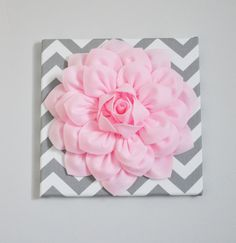 Wall Art Light Pink Dahlia on Gray and White Chevron par bedbuggs