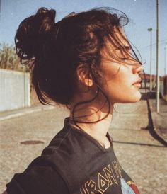 High Messy Bun Hairstyles Ideas Messy hair everywhere. Who like perfect messy hair? Whether your hair is short, medium or long, high messy hair will add charm to your appearance. Cute Messy Buns, Poses Photo, Messy Bun Hairstyles, Messy Updo, Insta Photo Ideas, Tumblr Girls, Belle Photo, Pretty People, Portrait Photography