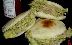 Arepas rellenas de carne asada
