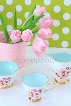 Download - Beautiful tulips in a pink vase — Stock Image #19350099