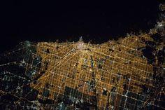 Astronaut Tim Kopra hat von der Internationalen Raumstation ISS aus ein faszinierendes Foto einer amerikanischen Großstadt geschossen. Welche ist es?