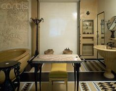 Salle de bain : baignoire, lampadaire et table de toilette - Les ...