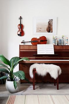 Take a tour of this heritage-listed California bungalow in Melbourne that has been brought to life with a modern, Scandi-style interior makeover. Piano Room Decor, Music Wall Decor, Piano Y Violin, The Piano, Piano Vertical, Piano Living Rooms, Home Music Rooms, House Music, Music Corner