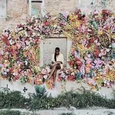 How incredible is this flower wall?!   Ahh! Amazing.  From fashionsambapita.tumblr.com