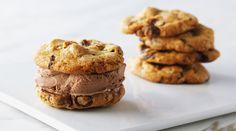 Inseptember start een nieuwculinair tv-programma opFood Network:Bakemet Anna Olson. Hierin maakt ze de lekkerste taartjes en andere zoetigheden. Om je alvast in de stemming te brengen, delen we een lekker bakrecept van Anna: chocolate chip ijskoekjes. Het chocolade-ijs Maak eerst het chocolade-ijs.Breng hiervoor de melk en 120 ml slagroom (dus niet alles!) aan de kook …