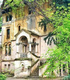 """""""Unele lucruri e bine să rămână neschimbate"""" România neîmblânzită ❤️ (Așezământul Brătianu) #DanaStefanescu #PrinBucurestiulMeu Bucharest, Exterior, Mansions, Architecture, House Styles, Beautiful, Mansion Houses, Arquitetura, Villas"""