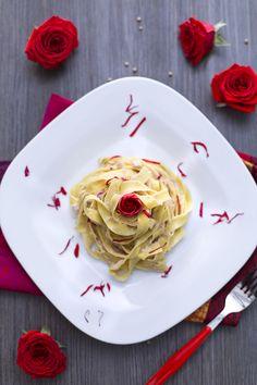 Un primo piatto davvero speciale? Queste #tagliatelle ai petali di #rosa (tagliatelle with #rose petals)! Bellissime esteticamente, sono anche speciali per il gusto! #pasta #ricetta #Giallozafferano #recipe #italianfood #freshpasta