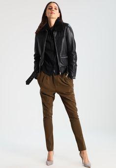 ¡Cómpralo ya!. Oakwood Chaqueta de cuero black. Oakwood Chaqueta de cuero black Ropa   | Material exterior: piel | Ropa ¡Haz tu pedido   y disfruta de gastos de enví-o gratuitos! , chaquetadecuero, polipiel, biker, ante, antelina, chupa, decuero, leather, suede, suedette, fauxleather, chaquetadecuero, lederjacke, chaquetadecuero, vesteencuir, giaccaincuio, piel. Chaqueta de cuero  de mujer color negro de Oakwood.