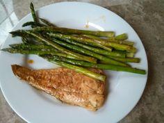 Asparago y bagre: rápido de hacer y alto en los ácidos grasos saludables.  Haz clic para la receta.