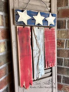 Rustic Pallet Wood Flag wood projects projects diy projects for beginners projects ideas projects plans Old Wood Projects, Reclaimed Wood Projects, Diy Pallet Projects, Pallet Flag, Wood Flag, Pallet Wood, Pallet Wall Decor, Pallet Beds, Patriotic Crafts