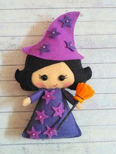 Felt Halloween Ornaments, Easy Halloween Crafts, Felt Ornaments, Halloween Decorations, Doll Sewing Patterns, Felt Patterns, Yarn Crafts, Felt Crafts, Felt Dolls