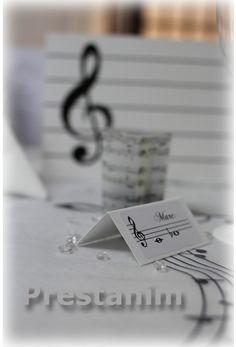 Partager Tweeter + 1 E-mail   Voilà un thème de décoration pour tous les amoureux de la musique  Pour cette table décorée sur le thème de la musique, le chemin de table en forme de partition était obligatoire ! En effet le parchemin musique est positionné sur le milieu de la table et autour de celui-ci nous retrouvons les assiettes design noires et blanches pour compléter cette très jolie décoration de mariage tendance.    Sur ce thème musical vous pourrez compléter votre décoration par…